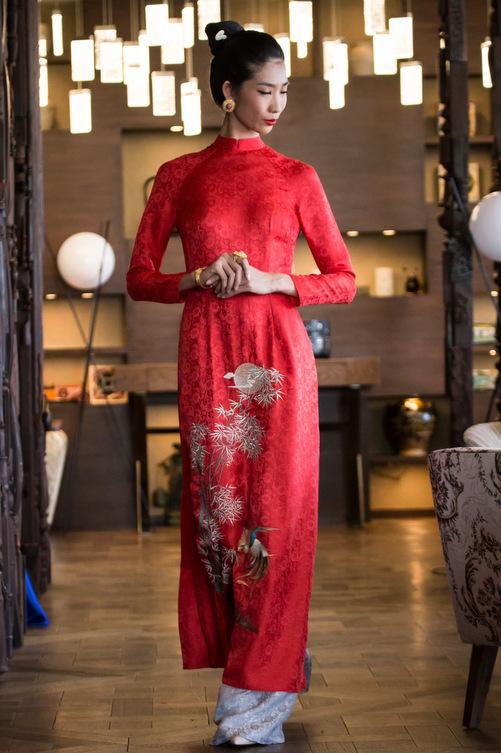 Nhiều phom dáng như áo dài, áo bà ba và cả Âu phục được đưa vào bộ sưu tập phong phú