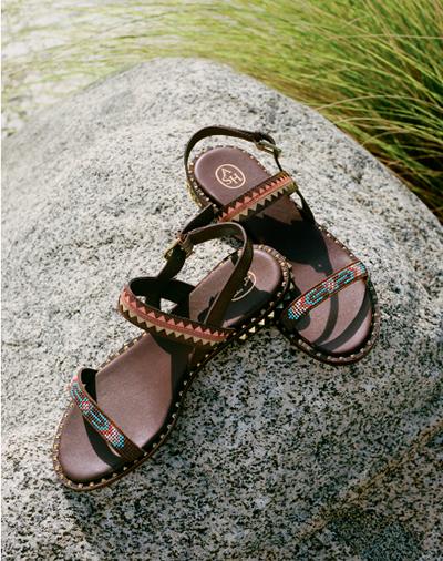 Được cầm trịch bởi 2 cái tên Patrick Ithier và Leonello Calvani, ASH mang phong cách Italy và tinh thần Pháp, kết hợp với việc sản xuất thủ công. Một trong những yếu tố tạo nên sức hút của giày ASH là kiểu dáng bắt mắt, thoải mái cho việc đi dạo bộ, thậm chí dễ dàng phối cùng trang phục công sở.