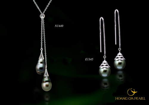 Ngọc Tahiti cũng góp mặt trong thiết kế hoa tai và vòng cổ dáng dài, một trong những kiểu trang sức kinh điển của phái đẹp.