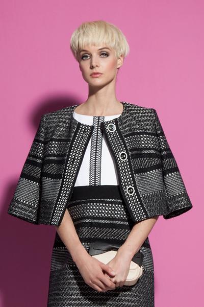 Vải tweed là chất liệu mang vẻ đẹp cổ điển và đẳng cấp. Điểm đặc biệt ở tweed của Weill Paris là chất liệu mỏng nhẹ với những sợi chỉ được dệt thưa hơn để phù hợp thời tiết của xứ sở nhiệt đới.