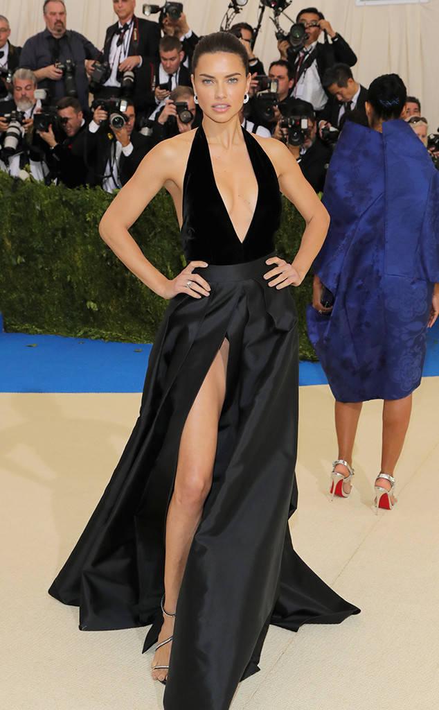 Kendall Jenner hở gần trọn cơ thể với váy lưới trên thảm đỏ