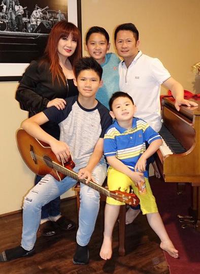 Bằng Kiều cùng vợ cũ và các con.