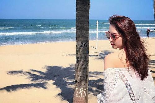 Đặng Thu Thảo đã có khoảng thời gian nghỉ mát vô cùng thoải mái tại bãi biển Đà Nẵng. Cô rạng rỡ diện một bộ bikini tươi trẻ.