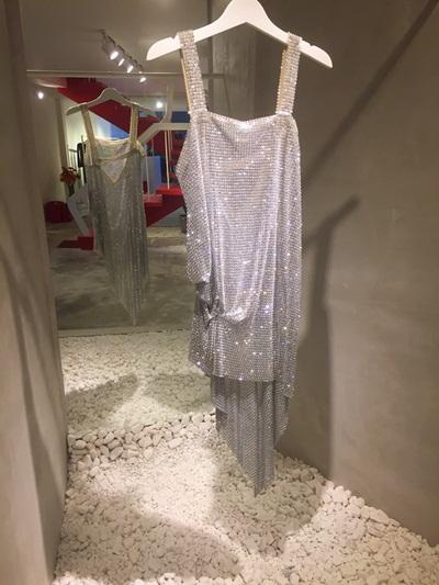 lấp lánh không thể nổi bật hơn do NTK Kim Khanh thiết kế riếng cho cô. Bộ trang phục được kết từ hàng chục nghìn mắt xích kim loại, đá và pha lê vô cùng đặc biệt, tuy chất liệu rắn, mạnh mẽ nhưng lên form vẫn mềm mại, quyến rũ.