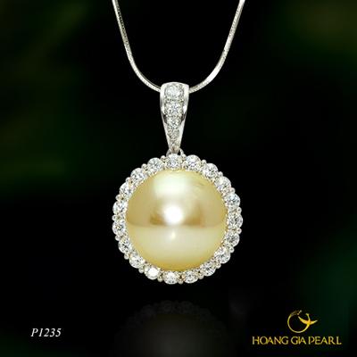 Chiếc mặt dây chuyền ngọc trai South Sea ánh vàng kim quý phái nhỏ gọn, sang trọng sẽ luôn được mẹ mang theo bên mình.