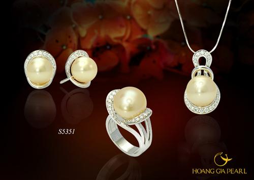 Những bộ trang sức gồm dây chuyền, nhẫn và bông tai cũng là một gợi ý quà tặng nhân Ngày của Mẹ.