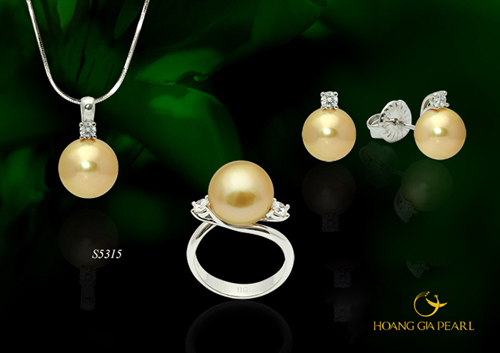 Trang sức ngọc trai ánh vàng kim mang đến ý nghĩa phong thủy tốt lành và là biểu tượng sức khỏe, thịnh vượng dành cho mẹ.