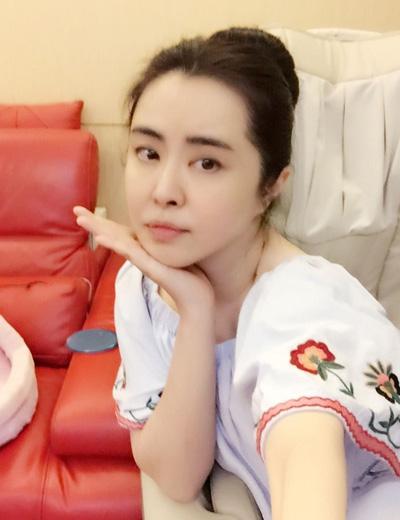 Loạt ảnh mới của Vương Tổ Hiền đăng trên Sina thu hút chú ý của người hâm mộ.
