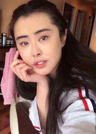 ngoc-nu-hong-kong-vuong-to-hien-khoe-nhan-sac-tuoi-50-2
