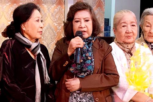 NSƯT Diệu Hiền (giữa) bên NSƯT Ngọc Hương (trái) và nghệ sĩ Thiên Kim trên sân khấu mới của Viện dưỡng lão nghệ sĩ.