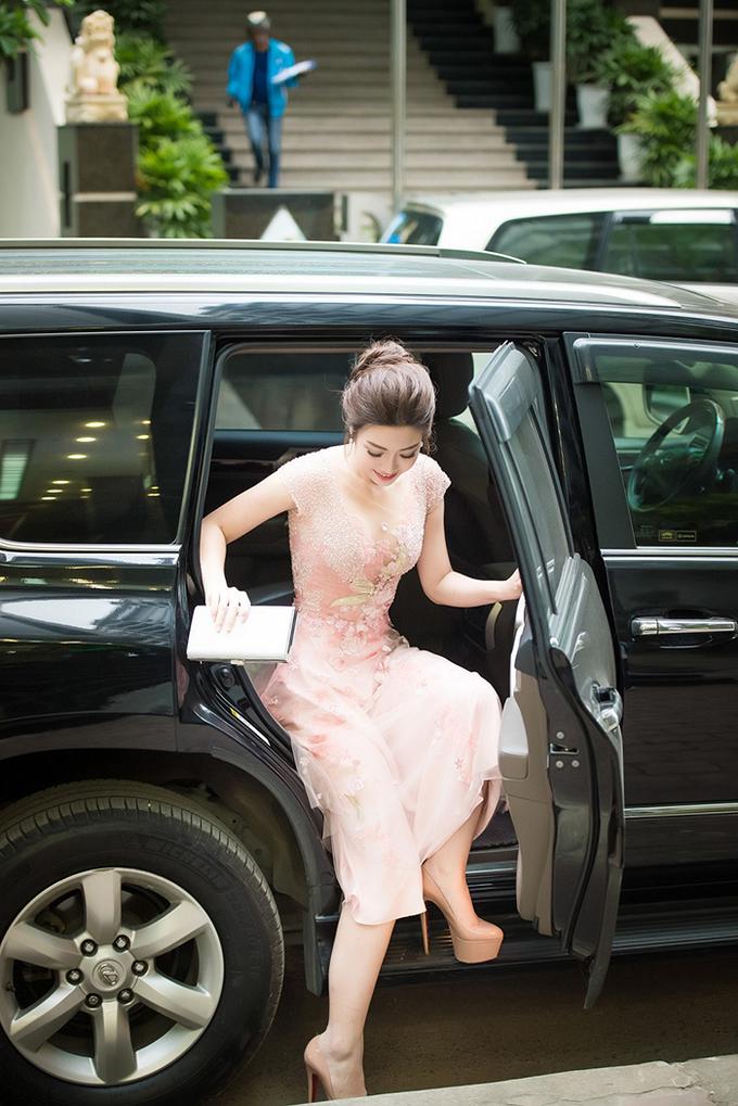 Hoa hậu Mỹ Linh ngồi xe sang đi họp báo