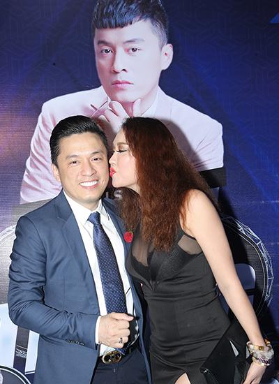 Phi Thanh Vân táo bạo như thường lệ. Cô cưỡng hôn Lam Trường trước ống kính.