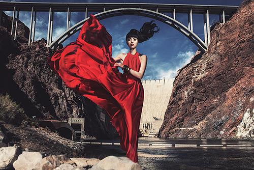 Jessica Minh Anh chụp ảnh ở đập