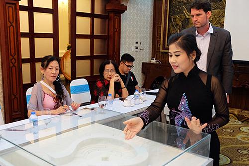 Nghệ sĩ Linh Huyền (áo dài) giới thiệu về dự án bảo tàng.