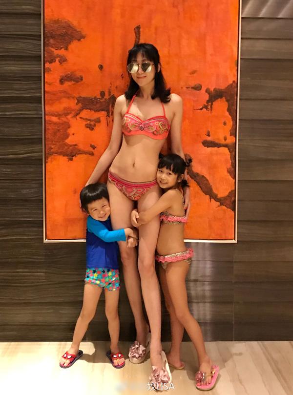 Vợ Trần Hạo Dân diện bikini tôn dáng 'bà mẹ bốn con'
