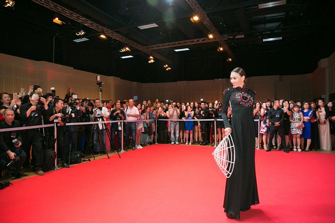3 1497151263 680x0 Người đẹp khoe dáng trên thảm đỏ 'Đêm hội chân dài' ở Đức