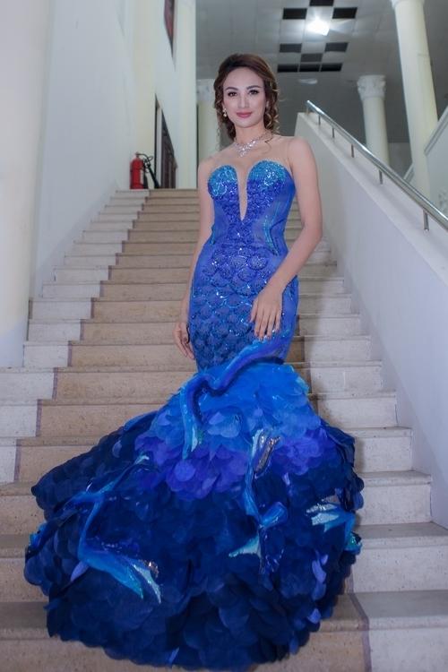 Hoa hậu Ngọc Diễm đeo trang sức nửa tỷ đồng làm MC