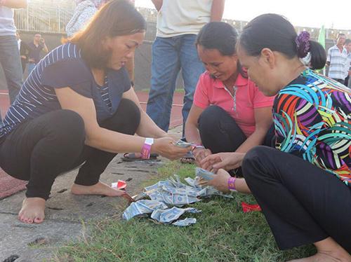Tiền mặt được rải từ trên khinh khí cầu xuống sân vận động Tự Do. Ảnh: Nhật Linh.