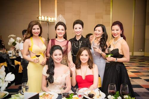 mai-phuong-thuy-ngoc-han-khoe-sac-cung-cac-doanh-nhan-trong-su-kien-1