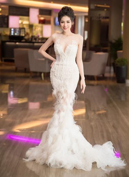 mai-phuong-thuy-ngoc-han-khoe-sac-cung-cac-doanh-nhan-trong-su-kien-2