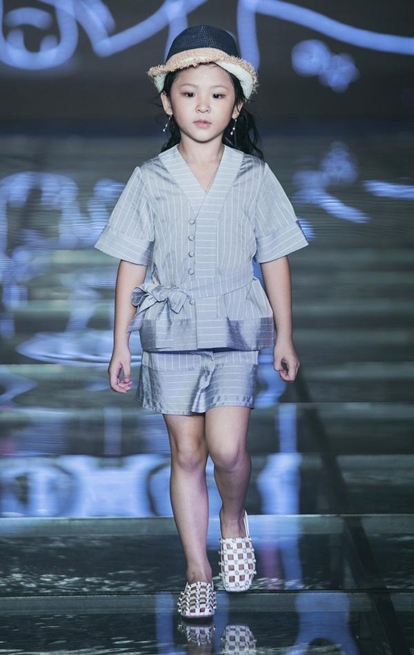 MC Phan Anh cùng vợ và ba con diễn thời trang