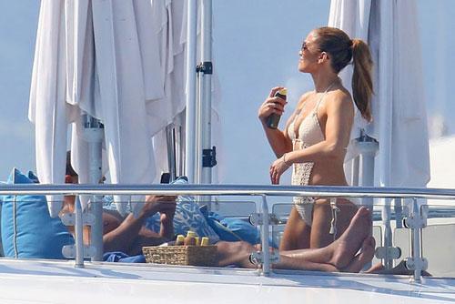 Jennifer Lopez khoe hình thể bên tình trẻ