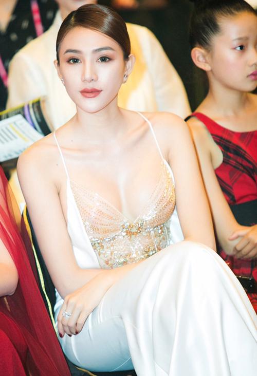 Hà Hồ, Phạm Hương <a href='http://ift.tt/1Q3Qc1y' title='trang điểm đẹp' target='_blank'>trang điểm đẹp</a> với son môi tươi trẻ