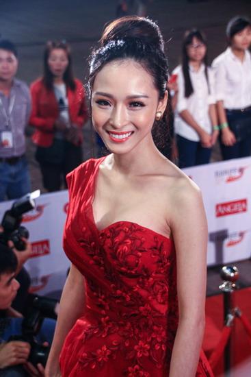 Phương Nga trên thảm đỏ khai mạc Liên hoan phim Quốc tế Hà Nội năm 2014.