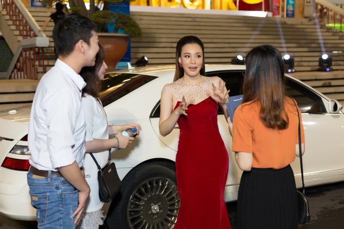 Hồ Quỳnh Hương đầu tư váy áo vì sợ khán giả đẹp hơn