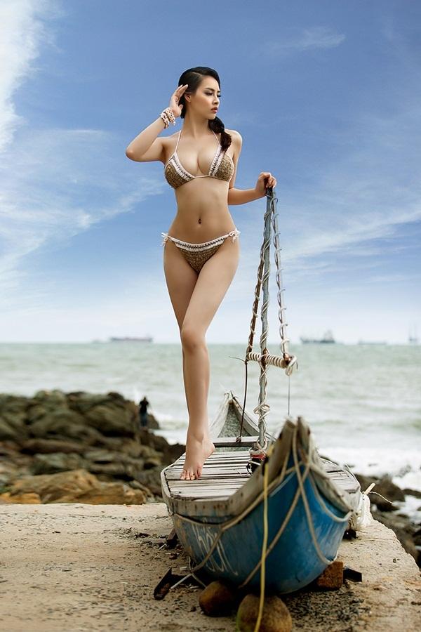 Hoa hậu Biển Thùy Trang khoe ba vòng với bikini