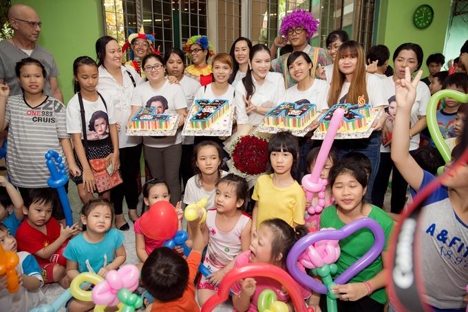 Lý Nhã Kỳ đón sinh nhật cùng trẻ em mồ côi