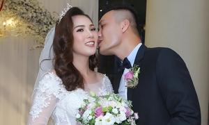 Người mẫu Quang Thịnh hôn cô dâu miền Tây trong lễ cưới