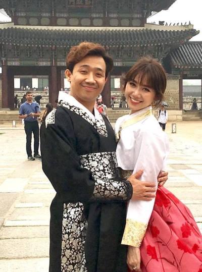 diện hanbok  trang phục truyền thống của Hàn Quốc để chụp ảnh tại Hoàng Cung.