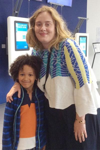 Adele chiếu phim cho trẻ em là nạn nhân vụ cháy chung cư ở London