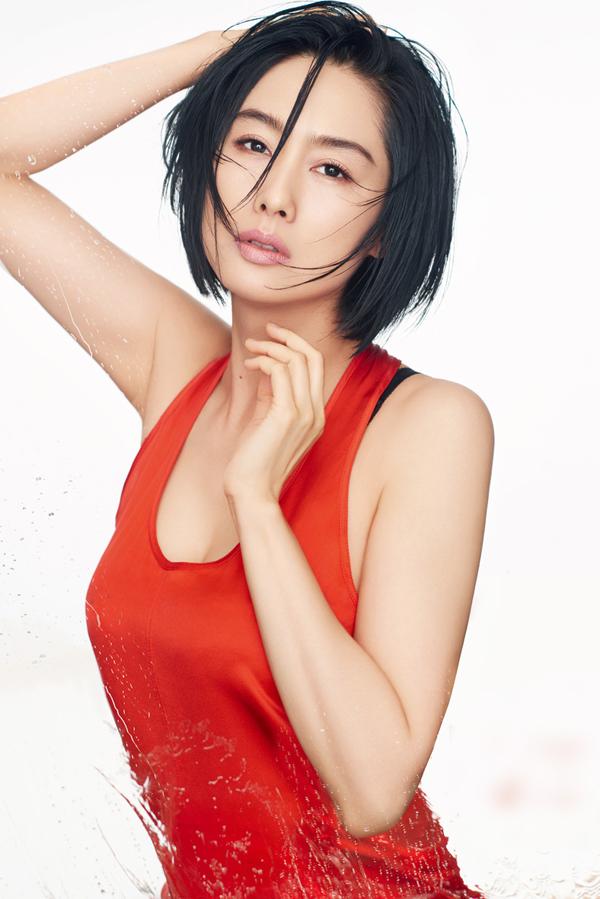 Hoàng Dung Chu Nhân diện mốt váy ngủ khoe dáng U50