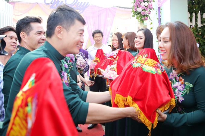 Trung Kiên đi xe mui trần hỏi cưới Lê Phương