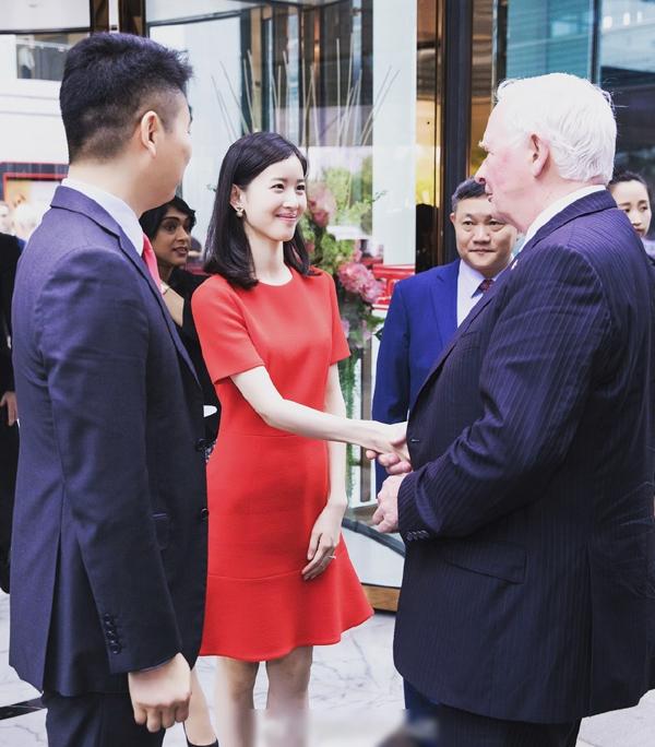 Sao trẻ: Gu thời trang của nữ tỷ phú Trung Quốc 24 tuổi