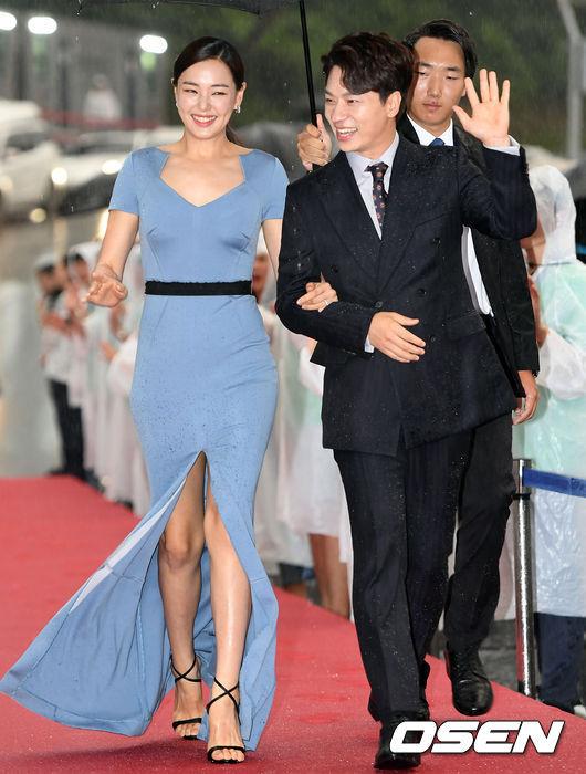 Hoa hậu quyến rũ nhất Hàn Quốc đội mưa đi thảm đỏ
