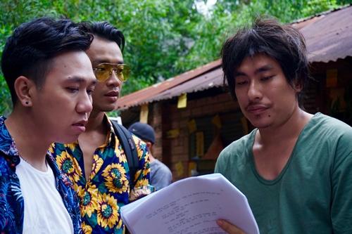 Kiều Minh Tuấn (phải) và Anh Đức (trái) trên phim trường.