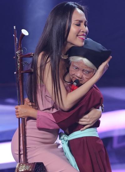 Ca sĩ Hiền Thục ôm chầm cô bé trên sân khấu.