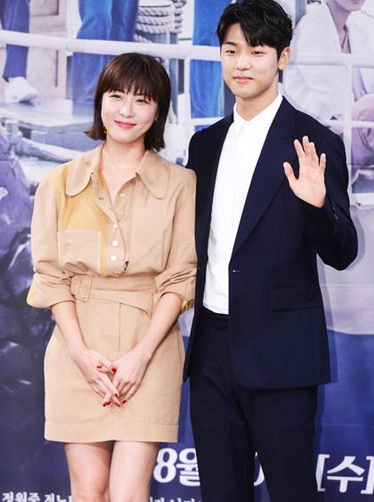 xu-huong-my-nhan-va-dan-em-thua-chuc-tuoi-yeu-nhau-trong-phim-han-5