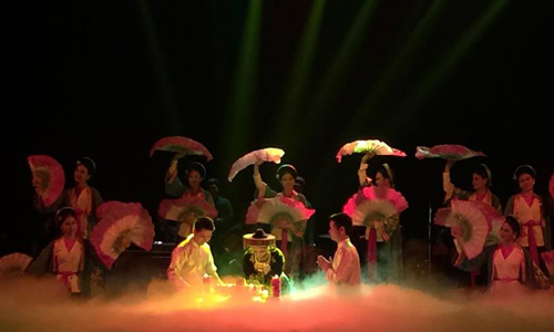 Du khách xem tuồng, chầu văn tại Nhà hát Lớn Hà Nội