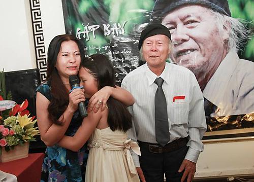 Con gái nhà thơ Thanh Tùng (trái) và cháu ngoại khóc khi đọc thơ tặng ông tại tiệc sinh nhật.