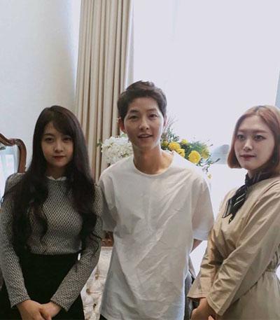 song-hye-kyo-song-joong-ki-tay-trong-tay-o-phap-1