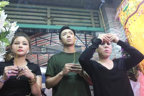 Từ trái qua: Lê Giang, Trấn Thành, Việt Hương đến viếng Khánh Nam.