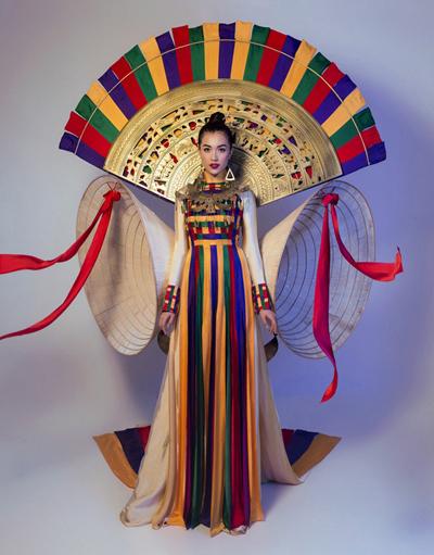 Lệ Hằng trong trang phục Hồn Việt.