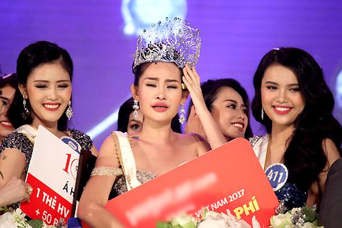 Hoa hậu Ngân Anh bên Á hậu 1 (phải) và Á hâu 2.