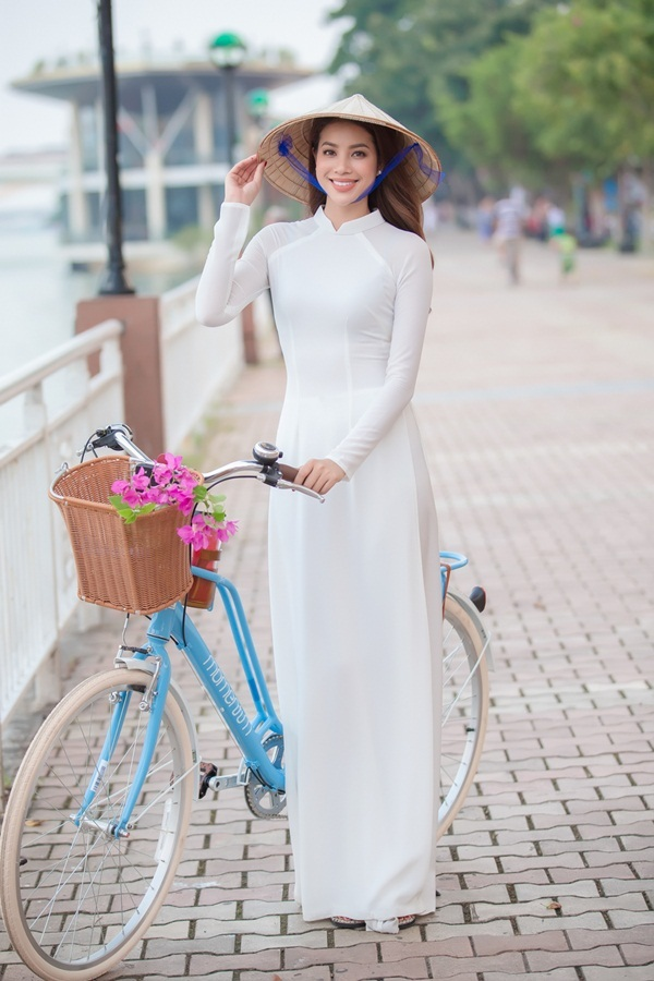 Phạm Hương mặc áo dài trắng, đạp xe trên đường phố Đà Nẵng