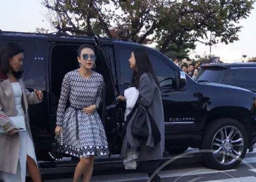 Minh tinh Chương Tử Di tới dự lễ thành hôn. Trước khi đến khách sạn, cô cập nhật trạng thái trên Weibo: