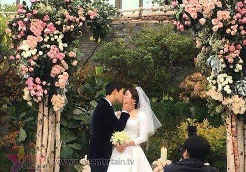 Theo Ifeng, cô dâu, chú rể hôn nhau
